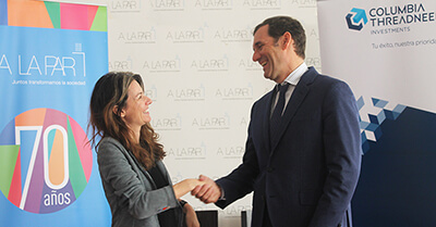 The picture shows a handshake of a woman and a man